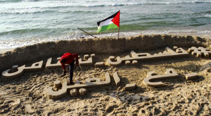 فلسطيني يتضامن مع الصين عبر النحت على رمال بحر غزة