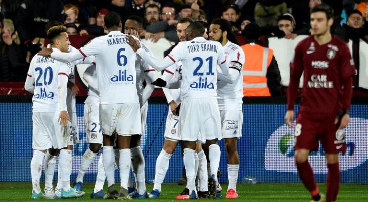 لاعبو ليون يحتفلون بالفوز على متز (2-صفر) في الدوري الفرنسي