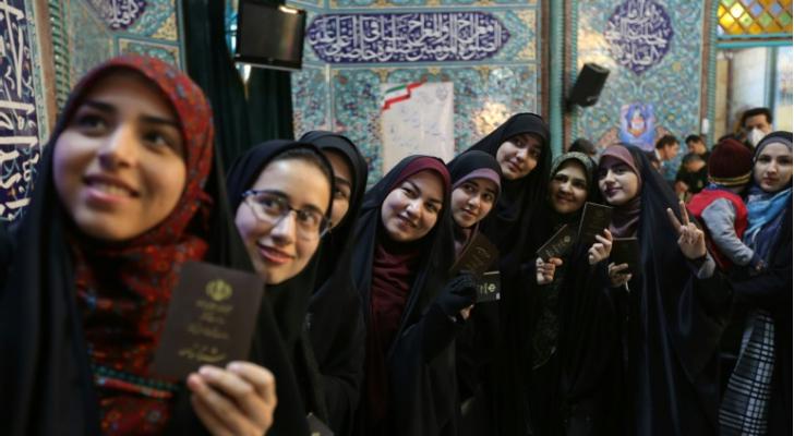 نسوة امام مركز اقتراع في طهران، الجمعة 21 شباط