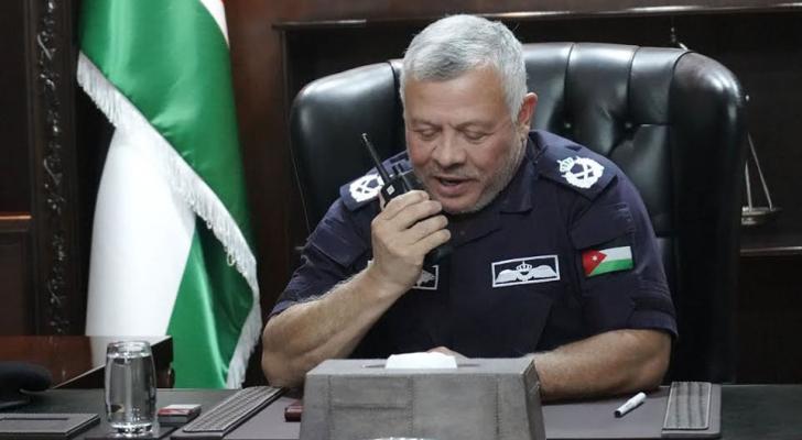 الملك محيياً نشامى الأمن العام عبر الجهاز اللاسلكي