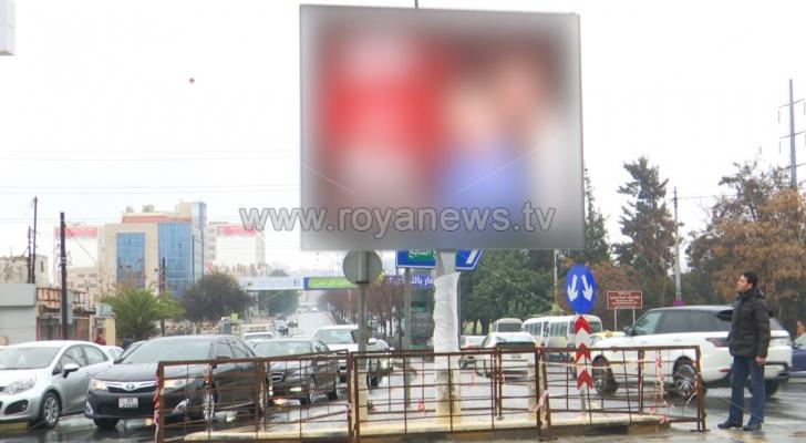 لوحات إعلانية تعتدي على ممرات المشاة وتنتهك حقوق ذوي الإعاقة