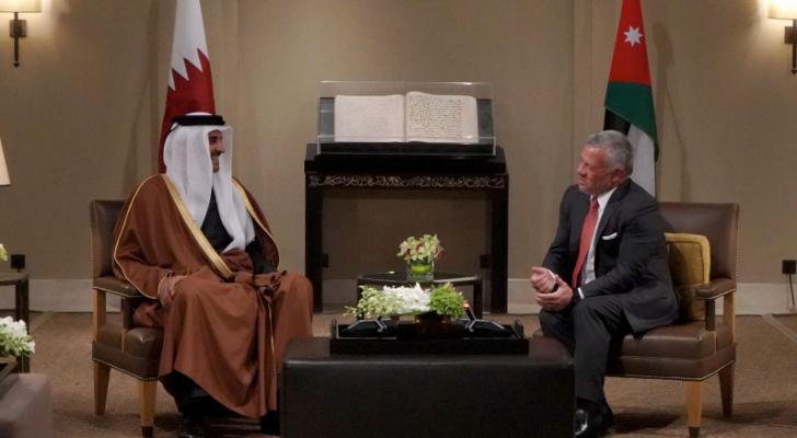 الملك يجري مباحثات مع أمير دولة قطر في عمان