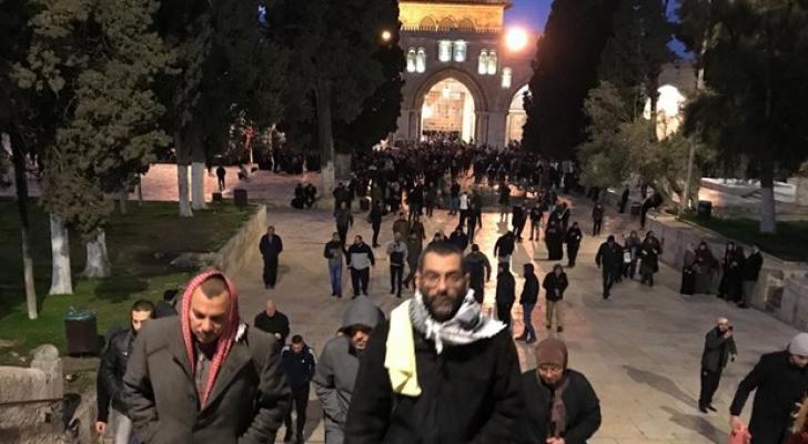 الآلاف من المصلين يؤدون صلاة فجر الجمعة في المسجد الأقصى