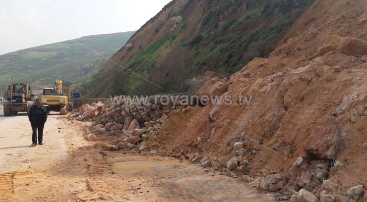 انهيار صخري يتسبب بإعاقة حركة المرور على طريق عمان جرش