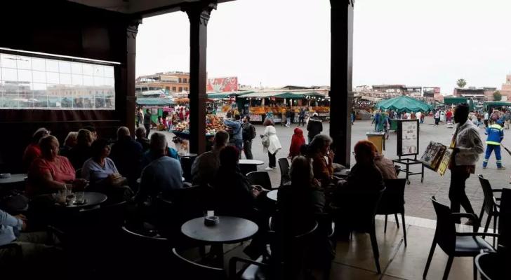 سياح يجلسون في مقهى بساحة جامع الفنا بمراكش