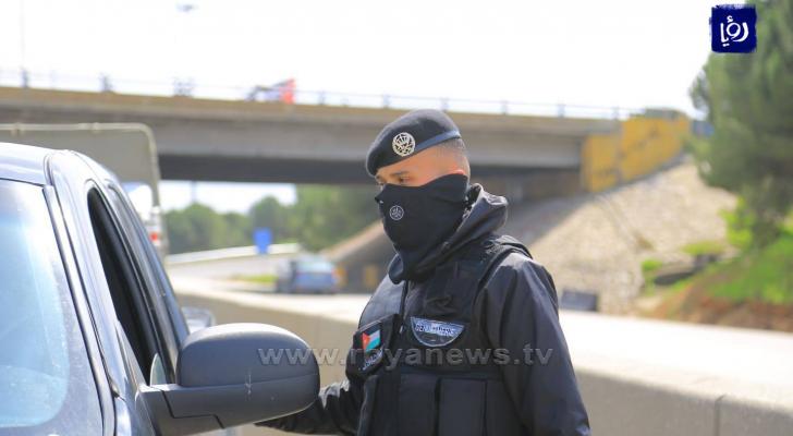 احد مرتبات الأمن على نقطة غلق المطار