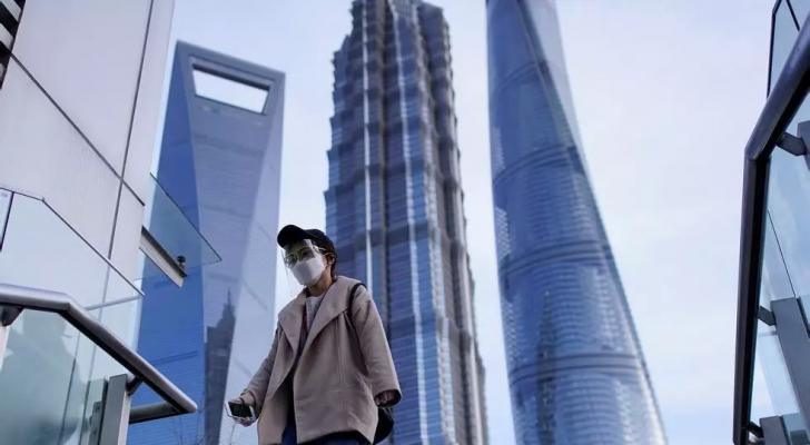 سيدة ترتدي كمامة للوقاية من فيروس كورونا بمدينة شنغهاي الصينية