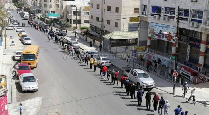 مواطنون ينتظرون دورهم لشراء الخبز