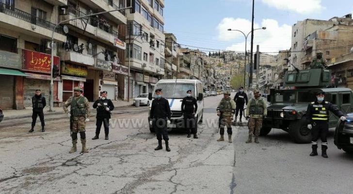 عناصر من الأمن بعد حظر التجول في الأردن