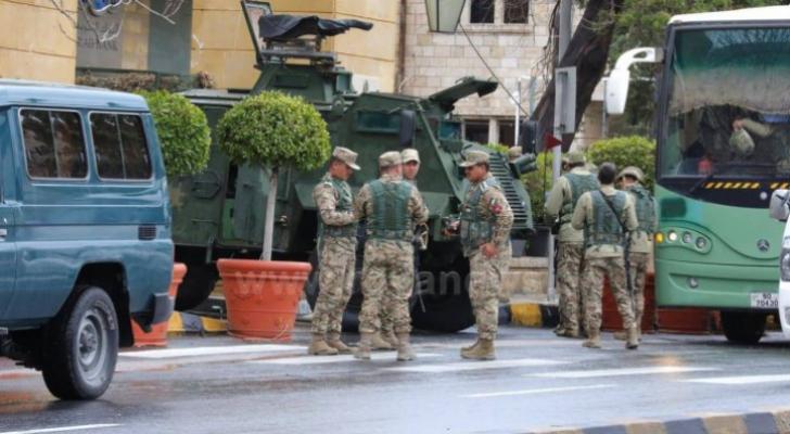 القوات المسلحة امام احد فنادق عمان