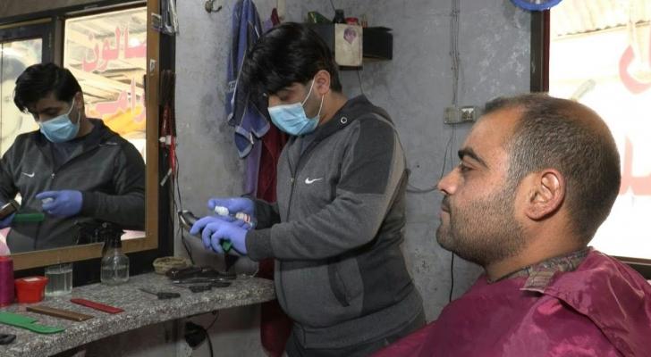 مصففو الشعر في قطاع غزة يعقمون أدواتهم لمواجهة كورونا
