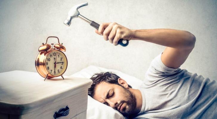دراسة تكشف فوائد الابتعاد عن المنبه خلال فترة الحجر المنزلي