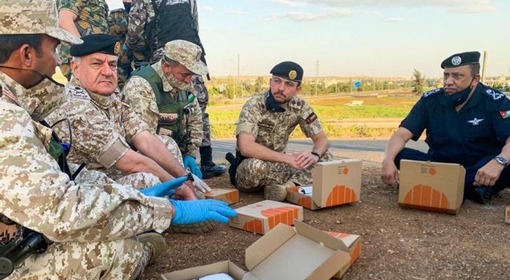 ولي العهد يزور احدى نقاط التفتيش المشتركة من القوات المسلحة والاجهزة الامنية ويشاركهم وجبة العشاء