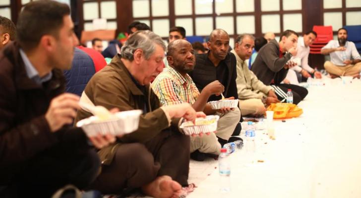 مسلمون يتناولون وجبة الإفطار خلال رمضان الماضي في أحد مساجد العاصمة لندن