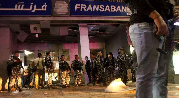 الشرطة أمام المصرف الذي تعرض للاعتداء في صيدا - ا ف ب