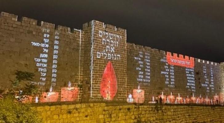 سلطات الاحتلال تعرض اسماء جنودها القتلى على سور القدس التاريخي