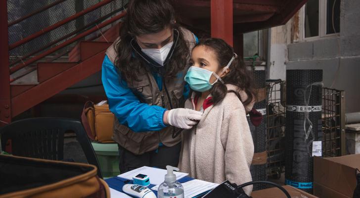 لة في السابعة من العمر تتلقى فحصا طبيا في روما