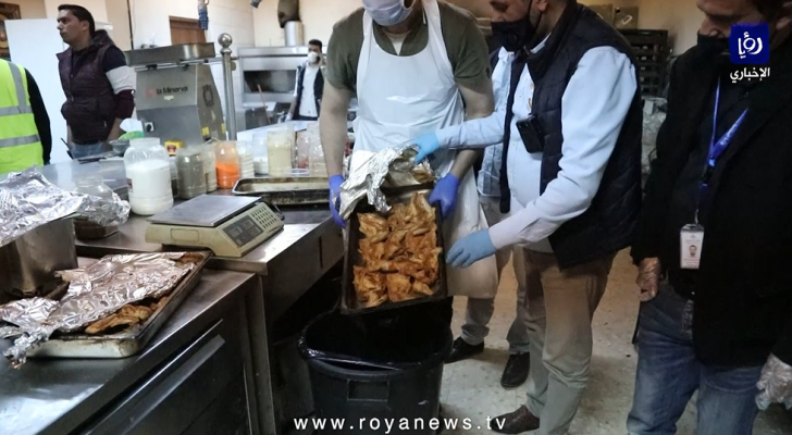 إتلاف لحوم ومواد غذائية فاسدة في أحد المطاعم بمنطقة الياسمين بعمان
