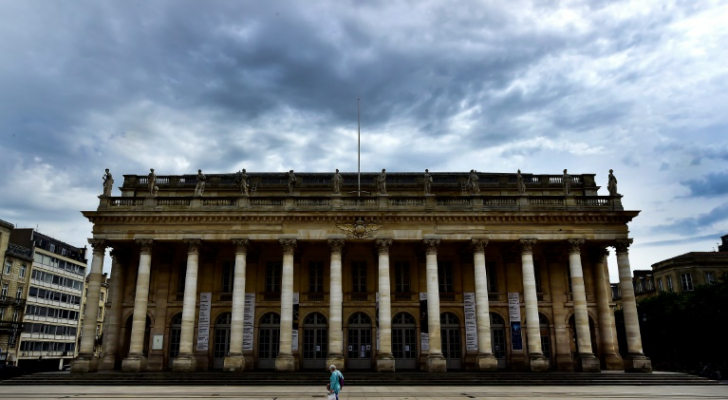 رجل يسير أمام المسرح الكبير في بوردو بجنوب غرب فرنسا في 9 ايار/مايو 2020.