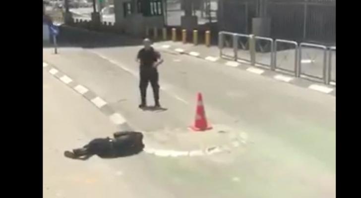 لحظة اطلاق النار على الشاب الفلسطيني