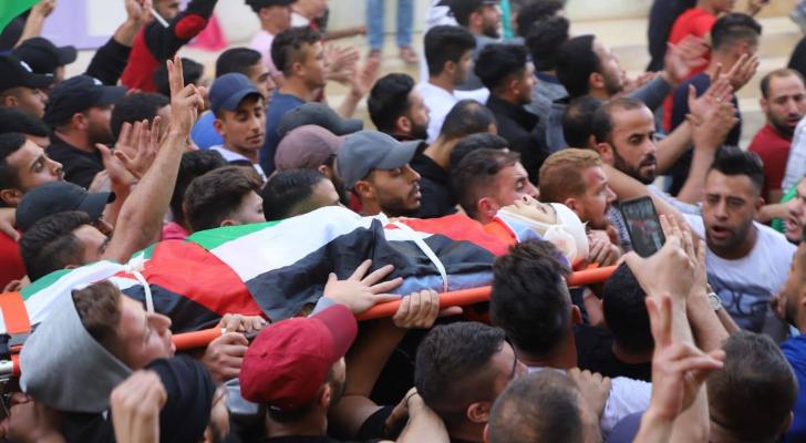 الفلسطينيون يشيعون جثمان الشهيد الطفل قيسية