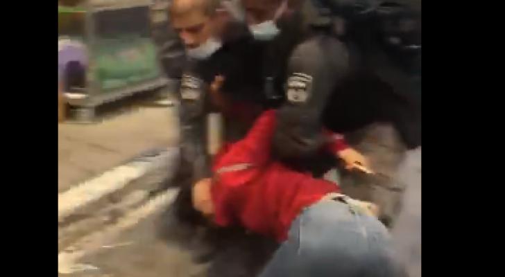 سحل وضرب فتاة فلسطينية وشقيقها في العيسوية من قبل جنود الاحتلال