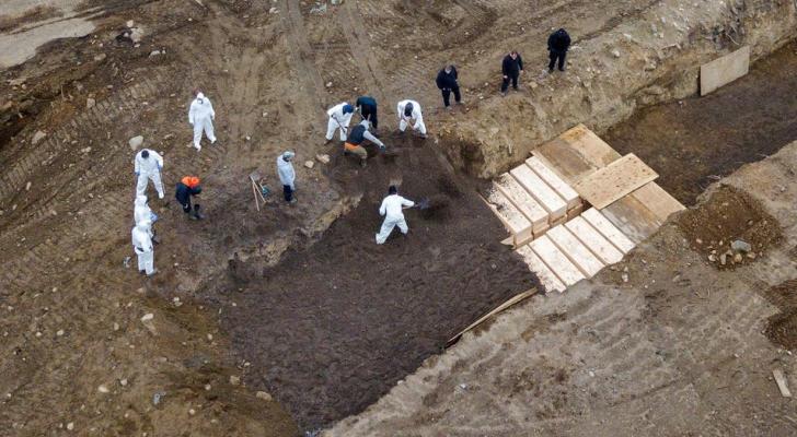 من دفن بعض ضحايا كورونا في مقبرة جماعية في نيويورك