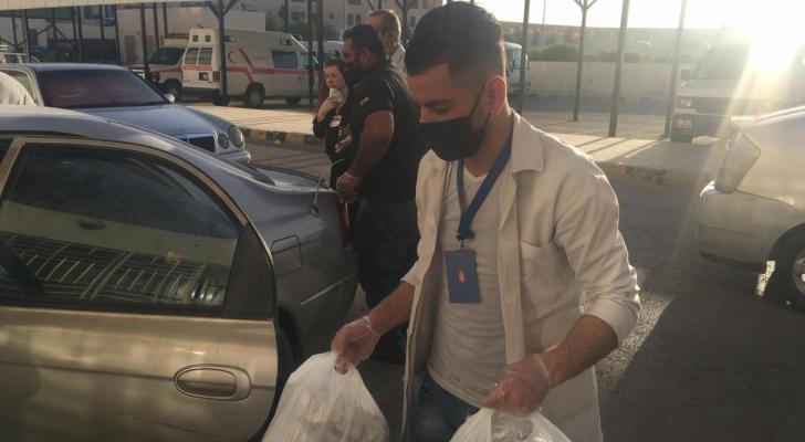 """""""همتنا"""" تقدم وجبات الأفطار للكوادر الطبية في مستشفى الزرقاء الحكومي"""