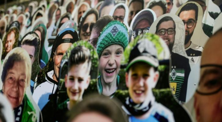 مجسمات من الورق المقوى لمشجعي بوروسيا مونشنغلادباخ في ملعب بوروسيا بارك
