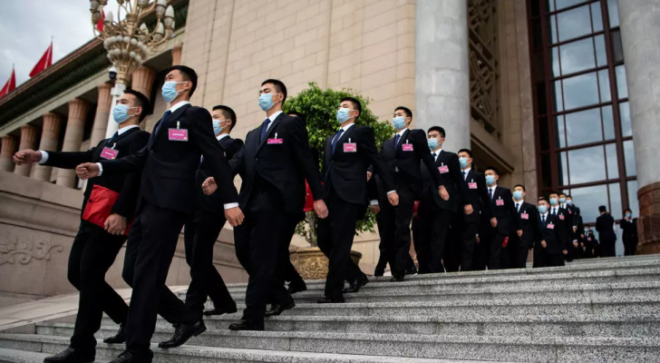 عناصر في الأمن يسيرون أمام مقر البرلمان الصيني في بكين في 25 أيار  - ا ف ب