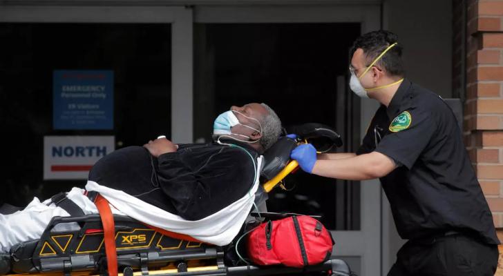 عامل رعاية صحية ينقل مصابا بفيروس كورونا إلى مركز ميمونيدز الطبي في حي بروكلين بنيويورك - ا ف ب