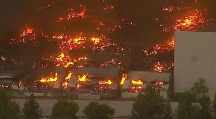 جانب من الحريق بمستودعات أمازون