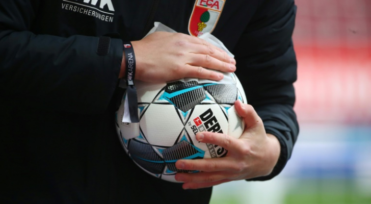 عملية تعقيم كرة قدم قبل استخدامها