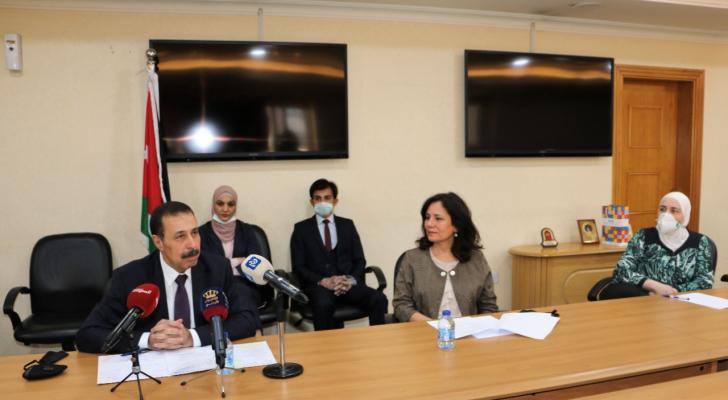 زواتي تسلم وزير التربية ملفات 134 مدرسة زودت بالطاقة المتجددة ووسائل ترشيد الطاقة