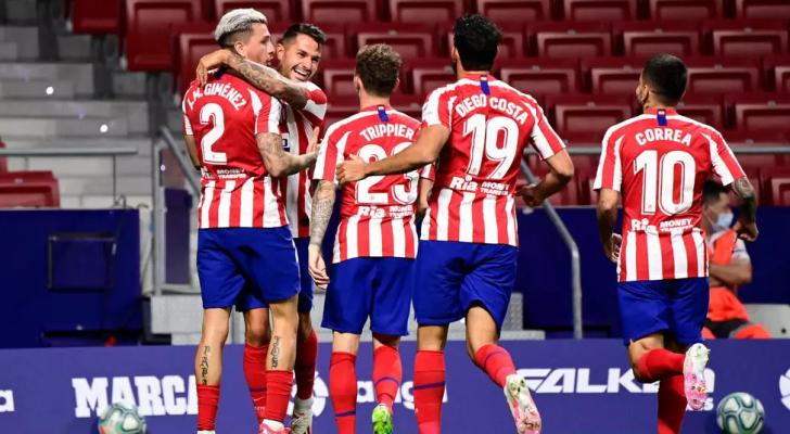 لاعبو أتلتيكو مدريد يحتفلون بهدف الفوز في مرمى بلد الوليد