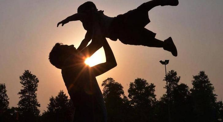 يفني الوالد عمره في سبيل أبنائه