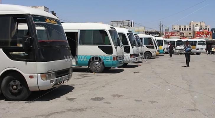 سائقو النقل العام يشكون من تعدي المركبات الخاصة على عملهم في المفرق