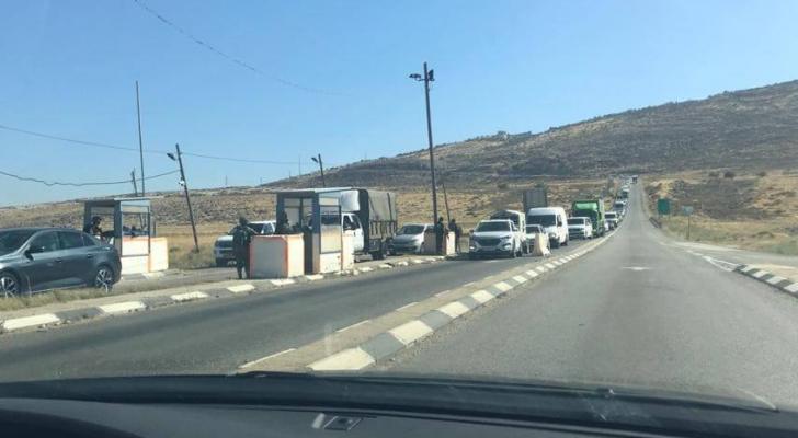 قوات الاحتلال تحتجز عشرات الحافلات وتعيق وصولها لأريحا