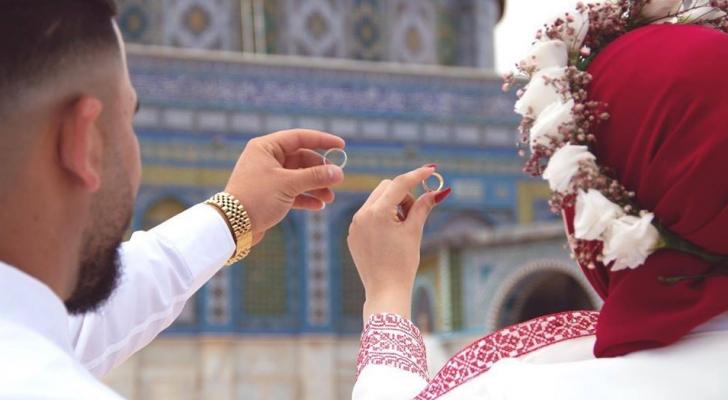 شاب وفتاة يعقدان قرانهما في رحاب المسجد الأقصى
