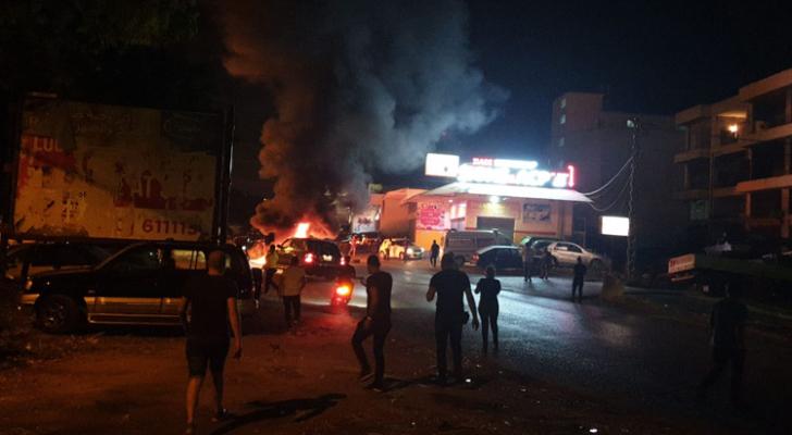 تصاعد موجة الاحتجاجات الشعبية وقطع الطرق ليلا في لبنان