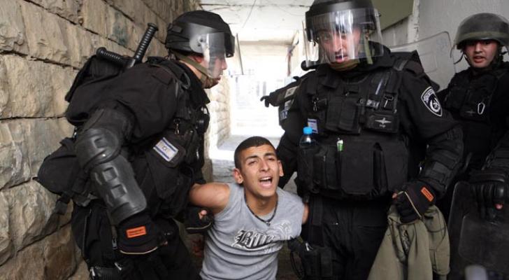 الاحتلال يعتقل شابا فلسطينيا على حاجز قلنديا
