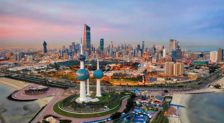 إنهاء خدمات الوافدين في الكويت خلال عامين باستثناء الأطباء