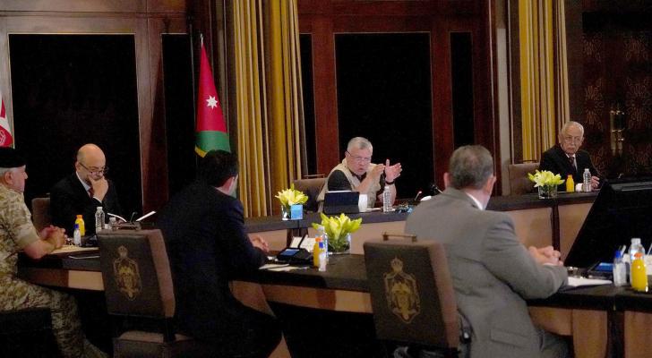 الملك يحضر جانبا من اجتماع متابعة للجنة التوجيهية في قطاعات التصنيع الغذائي والدوائي