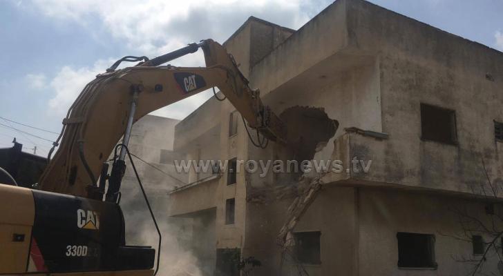 بلدية اربد تهدم 3 منازل في حي التركمان لفتح شارع رئيسي - صور