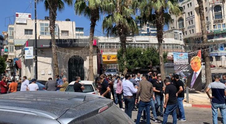 تجار رام الله يحتجون على الإغلاق ويطالبون بفتح محالهم التجارية