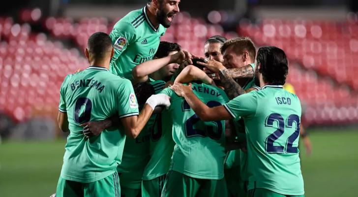 لاعبو ريال مدريد يحتفلون بعد الهدف الذي سجله الفرنسي فيرلان مندي في مرمى غرناطة