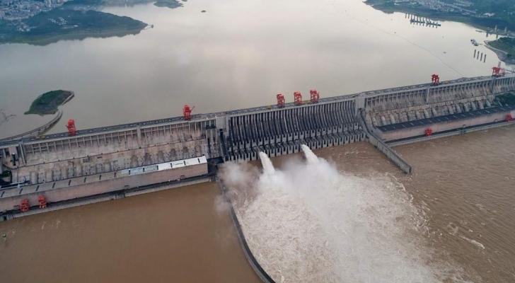 الصين تفجّر سدا لوقف ارتفاع منسوب المياه فيه