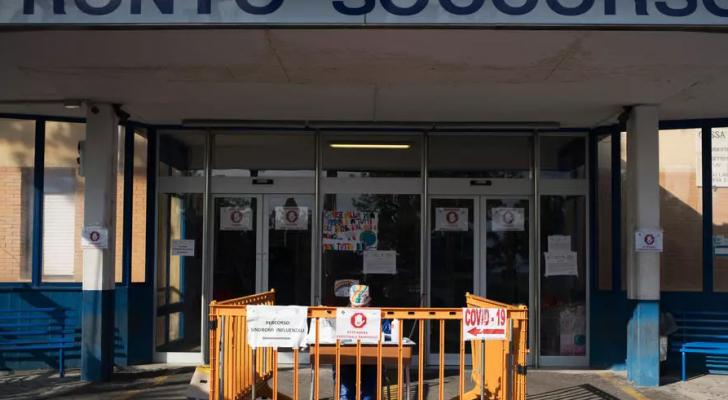 مدخل الطوارئ إلى المستشفى في لوكري، جنوب إيطاليا