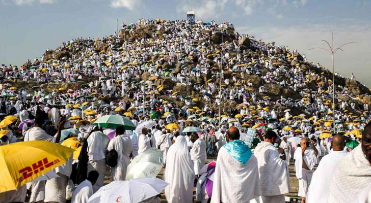 حجاج بيت الله الحرام يقفون على جبل عرفات - ارشيفية