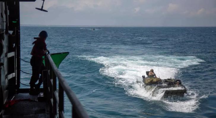 """صورة وزّعتها البحرية الأمريكية تظهر تدريبات على متن مركبة """"آي آي في"""" البرمائية"""